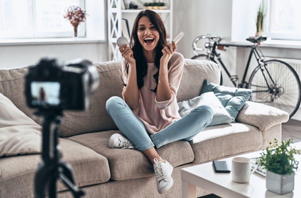 コスメを商品紹介する女性YouTuber