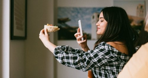 食べ物を撮影する女性